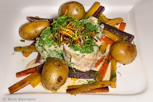 Roulade von der Rutte mit Blattspinat, Weißweinsauce, Rosmarinkartoffeln und Karotten